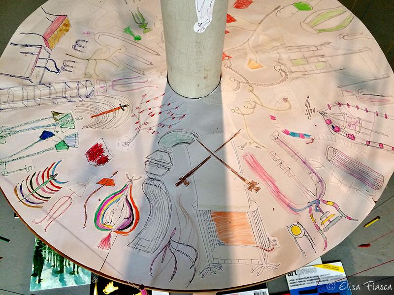 La table au dessins colorés