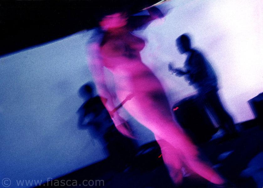 Le corps peint en rose fluorescent apparaît sous la lumière noire très vif