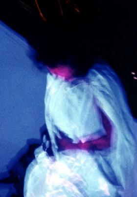 La lumière noire réapparaît le corps fluo transperce la cotonnade