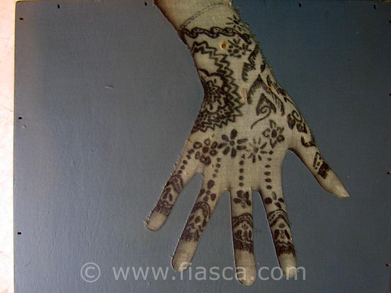 Malle dentelle, détail d'une main collées sur une boîte