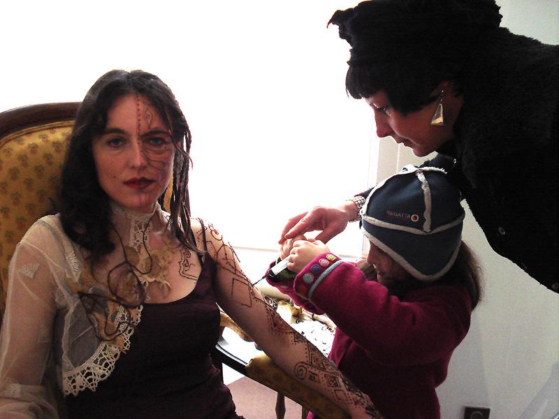 Violette tente de dessiner au henné avec la seringue
