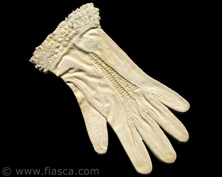 Dentelle sur gant  de coton réalisé par Isabelle Paré.