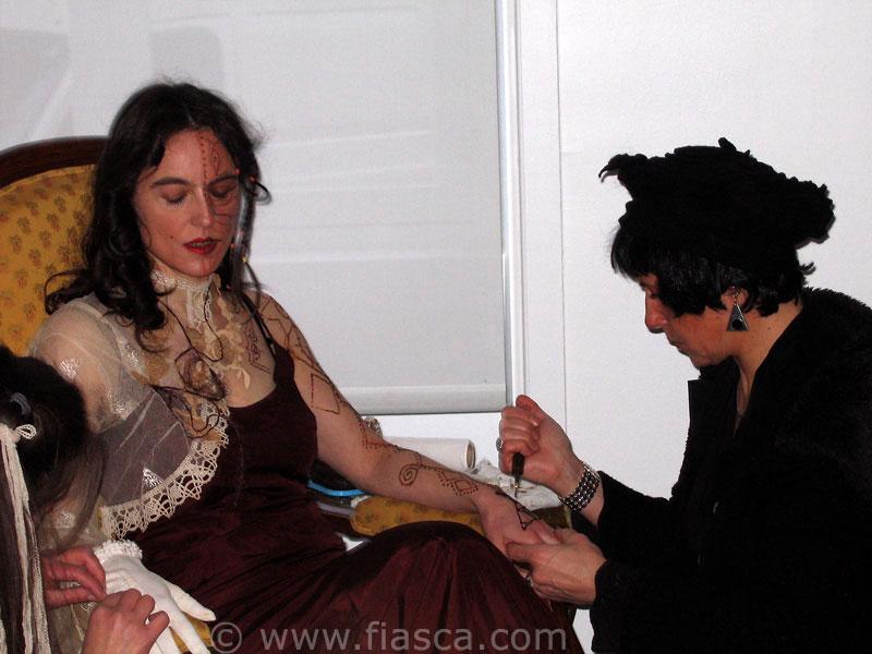 Je dessine à la seringue un réseau au henné sur la peau de Marie-Noëlle Deverre