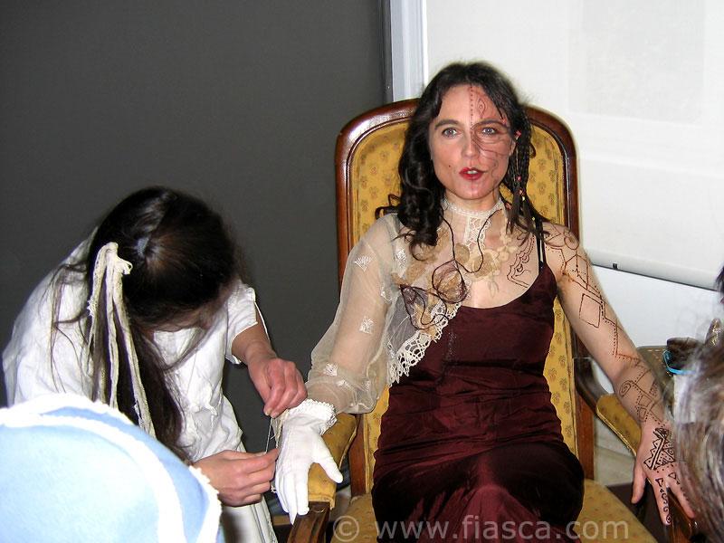 Isabelle Paré, crée de la dentelle sur le gant de Marie-Noëlle